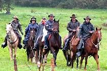 Devítičlenná skupina jezdců využila po namáhavé třiadvacetikilometrové cestě služby nového Vital parku v Drahotíně.