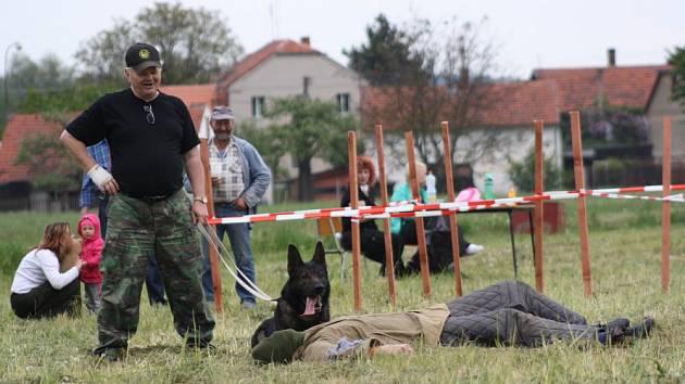 Bohuslav Nejedlý s německým ovčákem.