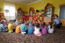 Zahořanští předškoláci si povídali i o tom jak správně přecházet vozovku.
