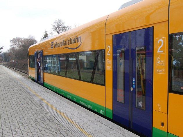 Moderní souprava zajišťuje spojení Domažlic a Schwandorfu.