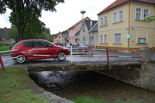 Most v ulici Npor. O. Bartoška v Domažlicích je ve špatném stavu.