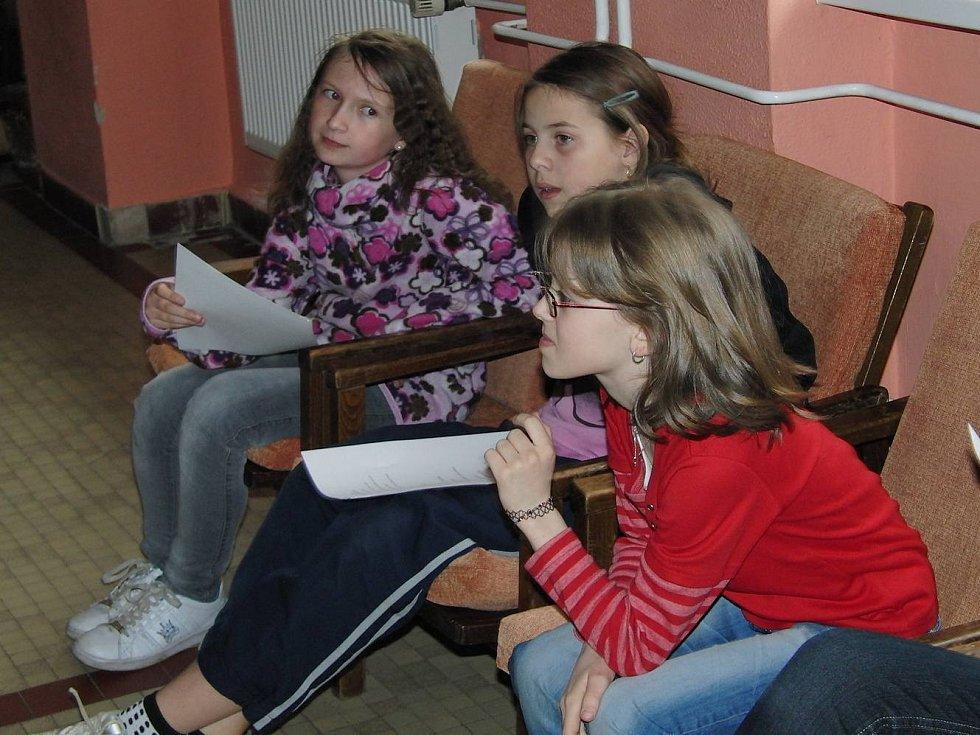 Ze zkoušky mladších i starších členů folklorního souboru Mráček.