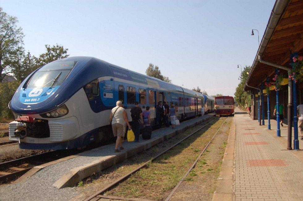 SETKÁNÍ GENERACÍ. Na staňkovském nádraží lokálka čeká na vykřižování s moderními soupravami RegioShark, které zajišťují osobní dopravu na  trati Domažlice-Plzeň.