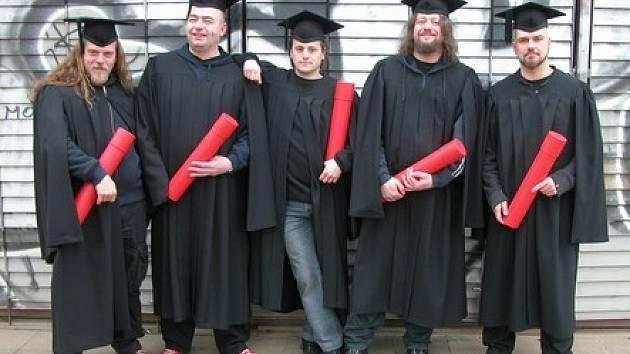 K novému albu s názvem University se převlékli (zleva) Tomáš (Hrbáček), Tonda (Rauer), Libor (Fanta), Kolinss (Martin Kolinský) a Martin (Volák).