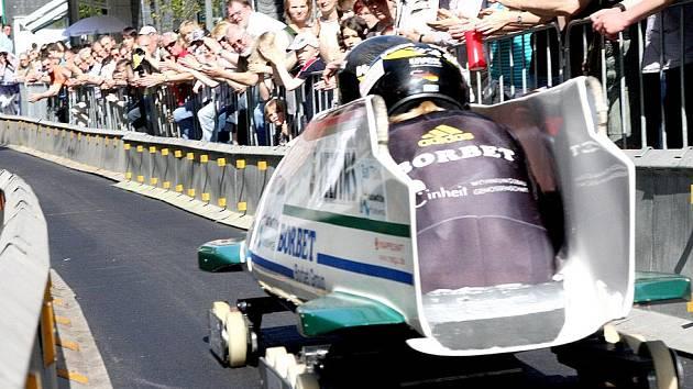 Taková atmosféra panuje při letních závodech bobistů v ulicích německých měst. Obdobná trať je i ve Viechtachu.
