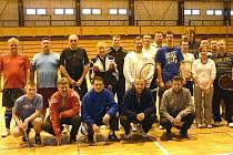 Společný snímek účastníků turnaje v líném tenisu.