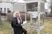 Jana Lásková musí každý den ráno poslat hydrometeorologickému ústavu v Plzni záznamy o stavu oblohy a půdy. To jediné automatizovaná klimatologická stanice zaznamenat neumí.