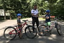 Kontrola cyklistů na cyklostezce.