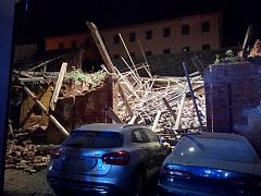 Spadlá stodola pod hradem nikoho nezavalila.