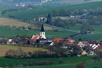 POHLED NA MRÁKOV. Z dolíku ční nepřehlédnutelná věž kostela sv. Vavřince.