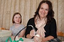 NA VEJCE S BRUSKOU. Velká pštrosí vejce zdobí Kateřina Červenková už devět let. Napodobit se jí pokouší  i její mladší dcera Eliška.