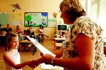 Předání vysvědčení je nejslavnostnější chvílí školního roku.
