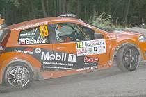VÍTĚZOVÉ třídy na bratislavské rallye Jan Šlehofer ze Zbyňkem Soběhartem na trati rychlostní zkoušky Borinka.