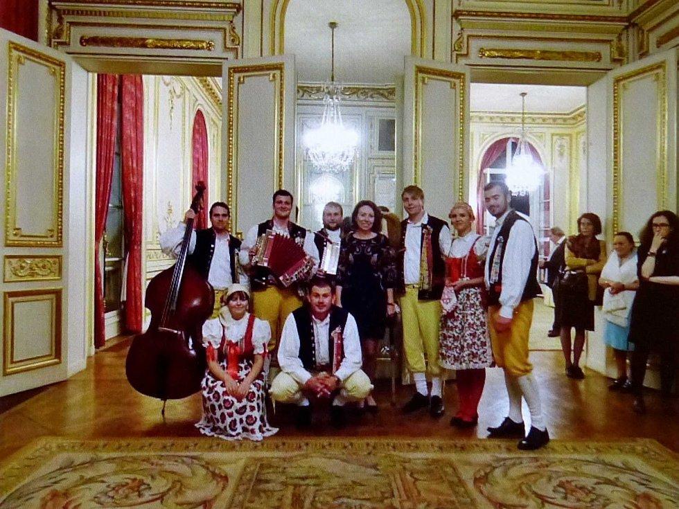 Mrákovští vystupovali ve Francii na českém zastupitelství.