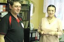 Pavel Sika z Němčic splnil svůj slib a předal  poukázky v hodnotě dvou tisíc korun ředitelce Dětského domova ve Staňkově Janě  Koubové.