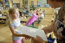 Děti z I.B z Nové školy v Domažlicích dostaly vysvědčení.