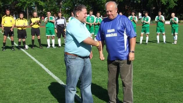 Dres jubilantovi Miroslavu Řezáčkovi předal předseda fotbalového oddílu Jaroslav Ticháček.