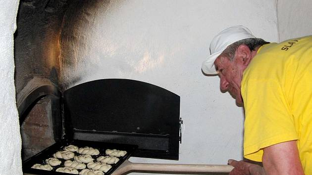 Z premiérového pečení v Pelechách. Ujal se ho mistr pekař Augustin Sobotovič.