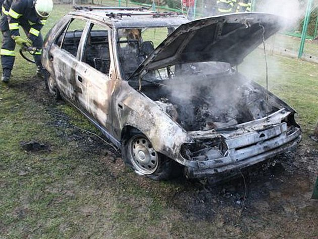Závadná nabíječka byla příčinou požáru auta.