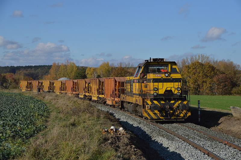 Lokomotiva posunuje se soupravou vozů.