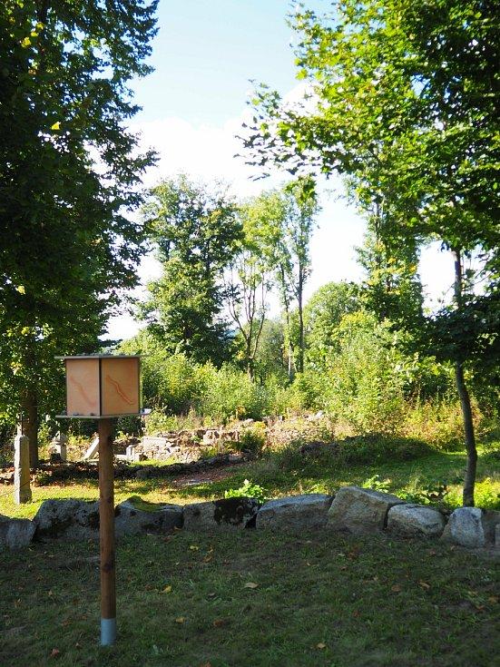Čeští i němečtí studenti znovu oživili zaniklou obec Lučina. Instalovali sem umělecká díla. Foto: Pavlína Uhrová