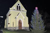 V neděli slavnostně rozsvítili vánoční strom v Chodské Lhotě.