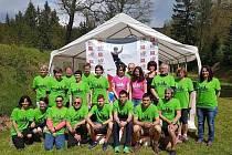 Organizátoři, pořadatelé a účastníci závodu.