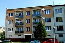 BYTOVÉ DOMY V HOSTOUNI prošly v uplynulých letech opravami. Město je v rámci programu Panel současně i zateplilo.
