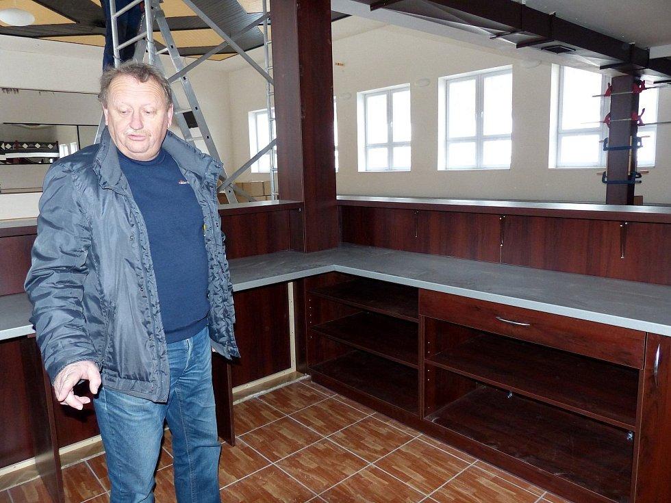 SEM JEŠTĚ PŘIJDE PÍPA, ukazoval na prostor v rohu sálu, kde se bude podávat občerstvení, starosta Václav Kalčík. Ze sálu za ním zmizel dlouhý diskotékový bar, čímž se uvolnila spousta místa.