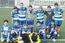 VÍTĚZNÝ TÝM. Po utkání s Poběžovicemi se družstvo starších žáků společně vyfotilo.