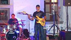 Baskytarista Steve Clarke s klávesistou Walterem Fischbacherem a bubeníkem Vajcem Deczim.