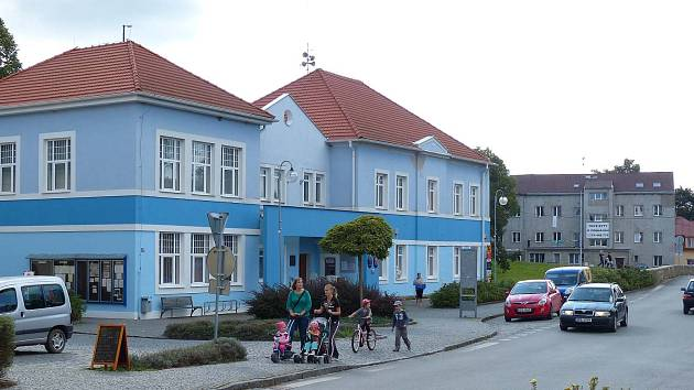 BĚLÁ NAD RADBUZOU. Radnice je svou modrou fasádou nepřehlédnutelná. Díky jejímu osazenstvu a zastupitelům se město může těšit tomu, že se nevylidňuje a nemá nouzi o rodiny s dětmi.