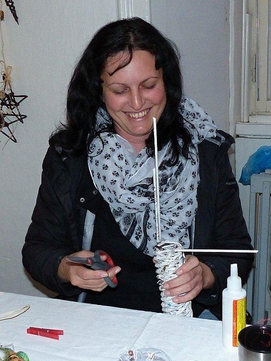 Markéta Plachá si našla zálibu v pletení nejrůznějších věcí z novinového papíru.