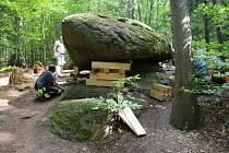 Usazování Čertova kamene nebo též viklanu.