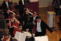 Slavnostní večer u příležitosti dokončení rekonstrukce sokolovny ve Kdyni. VELKÝ HUDEBNÍ ZÁŽITEK připravila Plzeňská filharmonie se svým sympatickým japonským šéfdirigentem Koji Kawamotem. Zazněla nejen naše hymna, ale i Smetanova Má vlast.