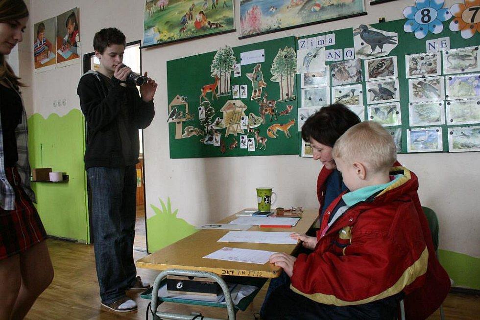 Kameraman poběžovické školy Lukáš Moulis zachytil na kameru i průběh zápisů do první třídy.