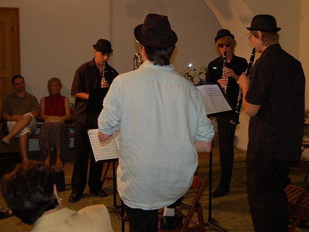 Nevšední prostředí atria Chodského hradu umocnilo hudební zážitek z koncertu mladých klarinetistů.