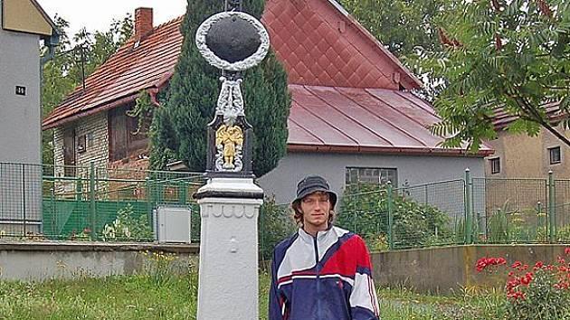 Lukáš Pivoňkau opraveného křížku v Luženičkách,