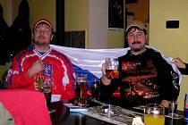 Martin Lešek a Josef Farkas si kvůli hokejovému zápasu české reprezentace se Slováky vzali volno. Fanoušků, jako jsou oni, se časně ráno sešlo v hospodě v Hostouni skoro třicet.