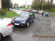 Řidič felicie nechal stát svůj vůz v křižovatce Mánesovy a Kunešovy ulice na domažlickém sídlišti Kozinova Pole.