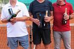 V tenisovém turnaji veteránů nad 60 let zvítězil domácí Jiří Koucký (uprostřed) před Jaroslavem Lukáškem (vlevo) a německým hráčem.