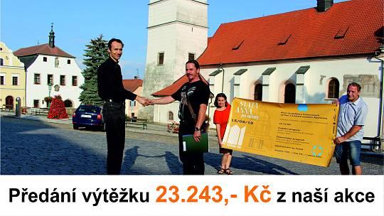 Předání výtěžku na obnovu varhan. Páter Marek Badida (vlevo) přebírá výtěžek od Pavla Svojanovského, hlavního pořadatele. V pozadí je Olga Kaderová a Roman Müller.
