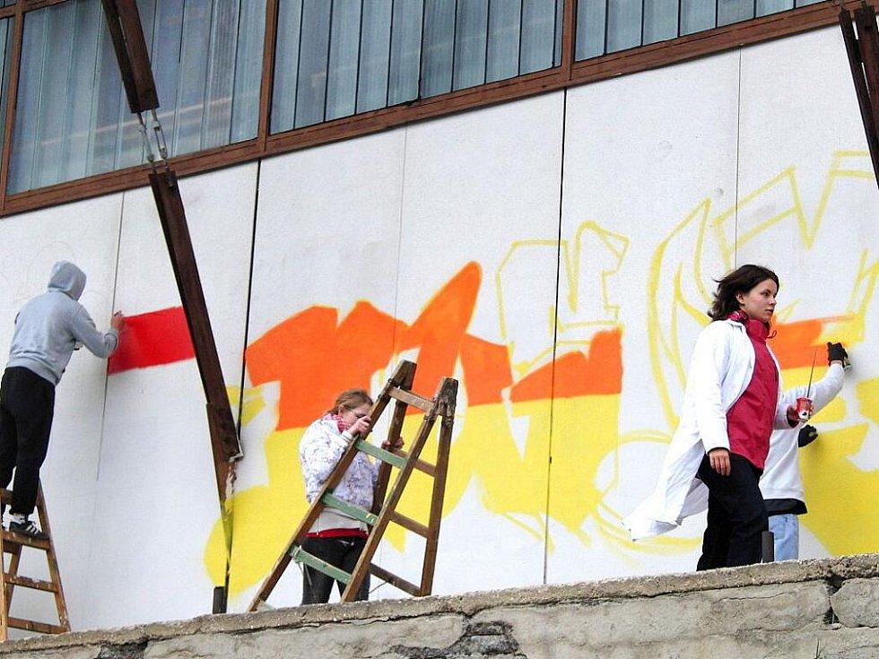 Studenti Gymnázia J. Š. Baara Domažlice zdobili společně se svými vrstevníky ze Siemensova gymnázia  Regensburg jižní stranu sportovní haly TJ Jiskra Domažlice.