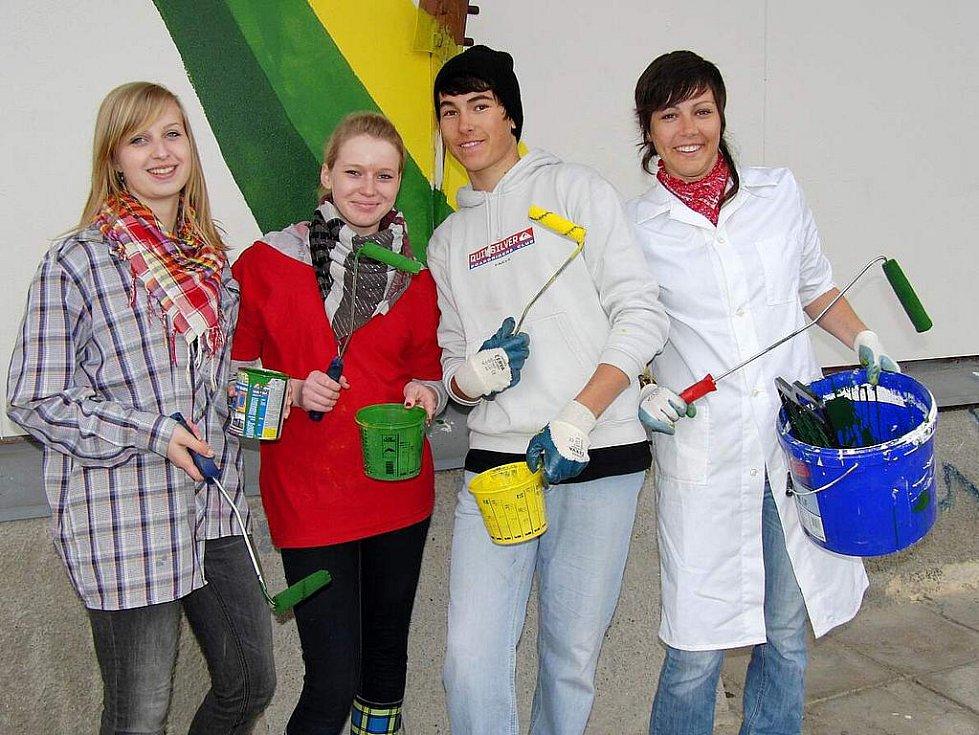 PŘEDVOJ. Den předem připravovali plochu pro mezinárodní akci gymnazistů (zleva) Eliška Morysková, Radka Ticháčková a sourozenci Petr a Jana Kašovi.