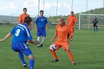 Kolovečtí (ve světlém) přesvědčivě vyhráli nad Slávií Vejprnice a už se těší na první krajské derby s Holýšovem.