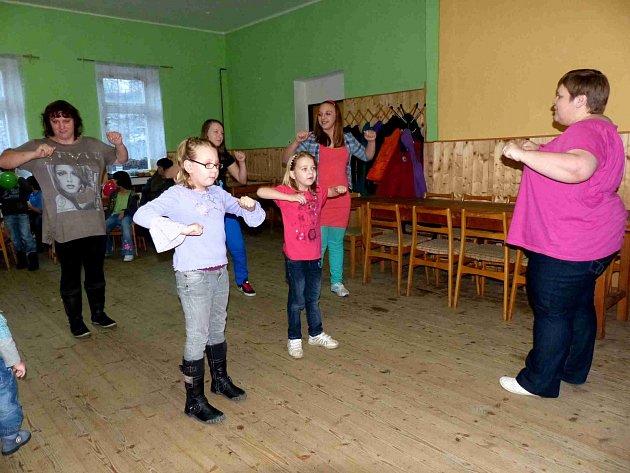 Hasiči z Petrovic uspořádali pro děti tradiční oslavu Silvestra.Po soutěžích byla volná zábava, nechyběl ´ptačí tanec´, do kterého se posléze zapojili úplně všichni.