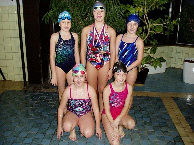 REPREZENTOVALY NA PŘEBORU ČR. Jiskru reprezentovala pětice plavkyň Kristýna Nováková, Jiřina Schlägelová, Barbora Švejnochová, Anna Mužíková a Barbora Schleissová.