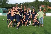 Postup do divize slavili fotbalisté Jiskry Domažlice, kteří se po vítězném utkání v Horní Bříze dozvěděli o výsledku utkání z Chodova, kde místní Tatran porazil Město Touškov.