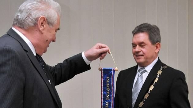 Miloš Zeman předává prezidentskou stuhu Janu Mendřecovi.