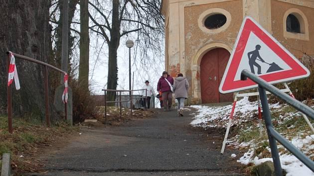 Přístup k sídlišti Šumava vede přes bývalý hřbitov.